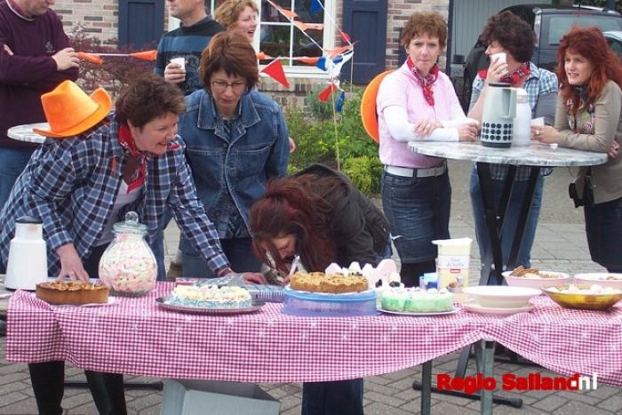 Koninginnedag Laag Zuthem: gezellige sfeer - Foto: Pim Haarsma