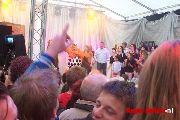Koninginnedag Heino: moddervolleybal en Regiotap - Foto: Pim Haarsma