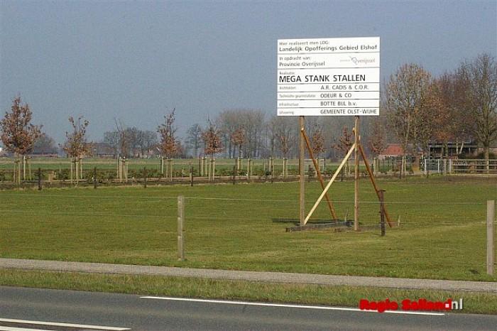 Protestbord geplaatst tegen komst varkensflats in Elshof - Foto: Jasper Hutten
