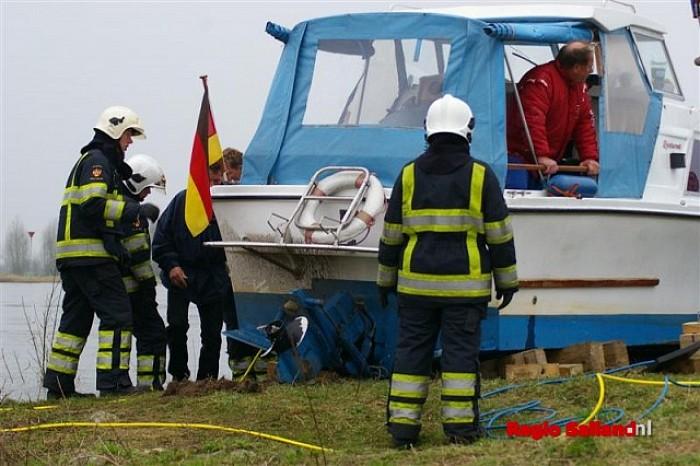 Duits jacht vliegt met hoge snelheid op wal nabij Olst - Foto: Jasper Hutten