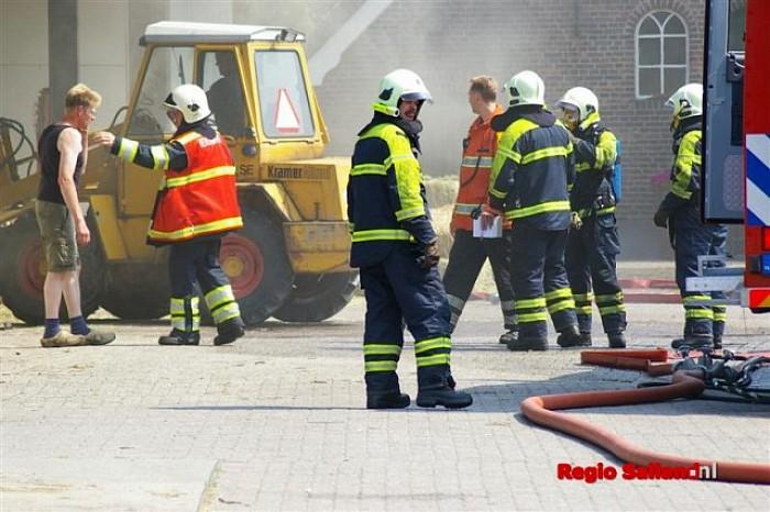 Veel brandweer bij hooibroei in schuur in Heeten - Foto: Jasper Hutten