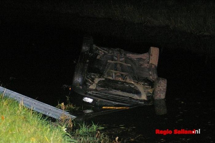 Vrouw belandt met auto in wetering bij Elshof - Foto: Jasper Hutten