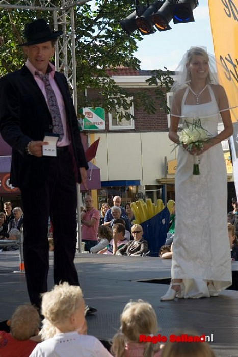 Drukte bij modeshow in centrum Raalte - Foto: Andy Hutten