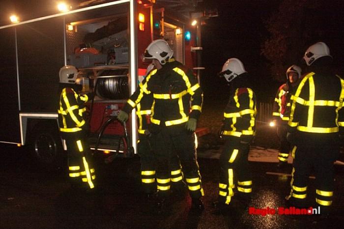 Brandweer verwijdert oliespoor van wegdek Lemelerveld - Foto: Pim Haarsma