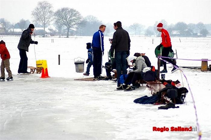 IJsbanen geopend voor schaatsliefhebbers in Salland - Foto: Jasper Hutten