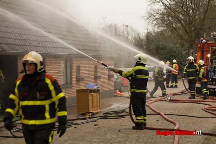 Woonboerderij onbewoonbaar na heftige brand in Heino - Foto: Pim Haarsma