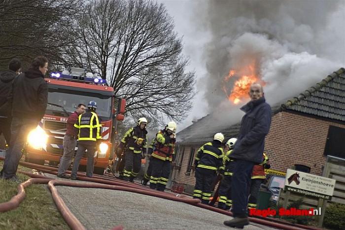 Woonboerderij onbewoonbaar na heftige brand in Heino - Foto: Jasper Hutten