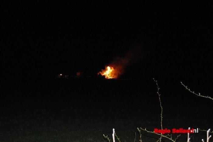 Melding woningbrand blijkt vroeg paasvuur in Dalfsen - Foto: Robin Duteweerd