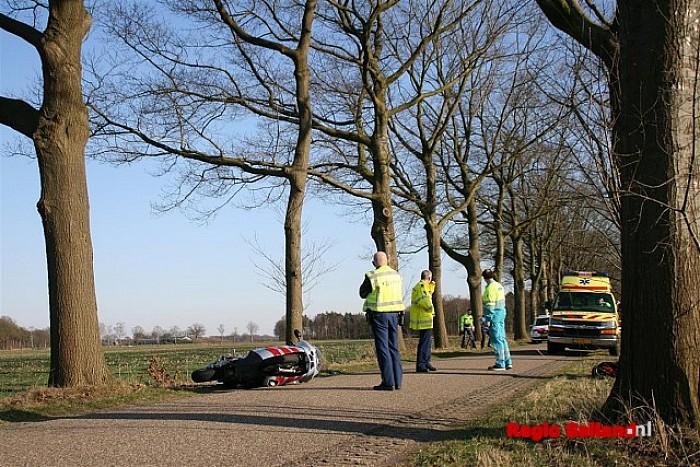 Motorrijder ten val op de Velsdijk in Wesepe - Foto: Jasper Hutten