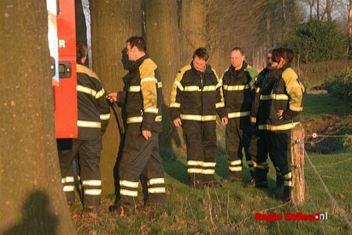 Kleine brand in droogstaande sloot in Heeten - Foto: Jasper Hutten
