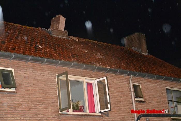 Blikseminslag verwoest schoorsteen aan de Enkweg in Olst - Foto: Jasper Hutten