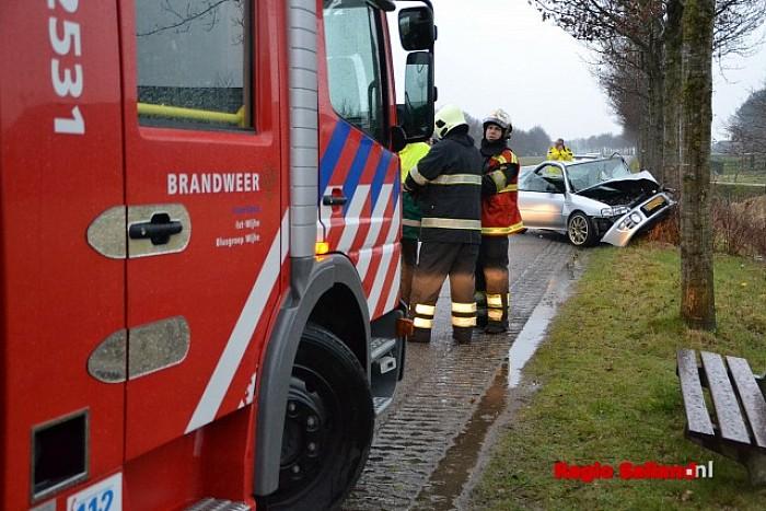 Bestuurder gewond na botsing tegen boom bij Boerhaar - Foto: Jasper Hutten