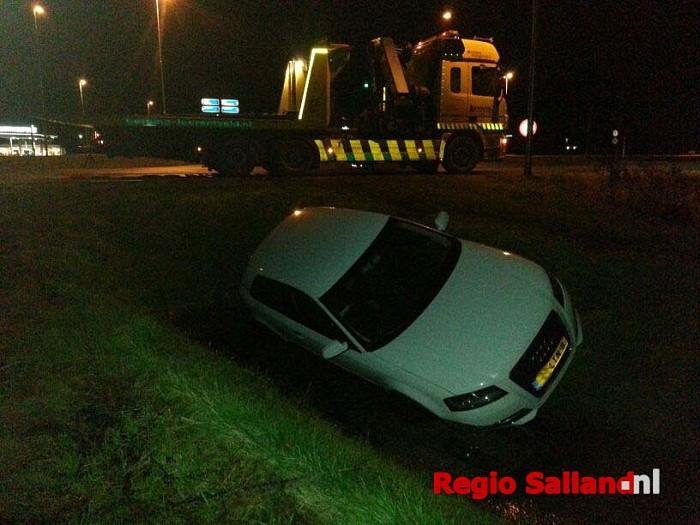 Auto belandt in greppel op Velsdijk bij Wesepe - Foto: Jasper Hutten