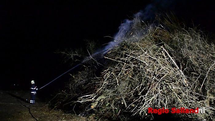 Paasvuur in Herxen geblust door de brandweer - Foto: Jasper Hutten