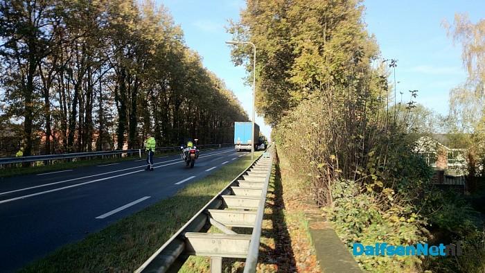 Vrachtwagen met klapband stil op viaduct in Lemelerveld - Foto: Robert Bril