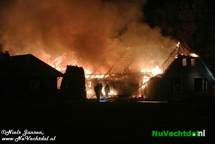 Net gerestaureerde boerderij in vlammen op in Dalfsen - Foto: Niels Jansen