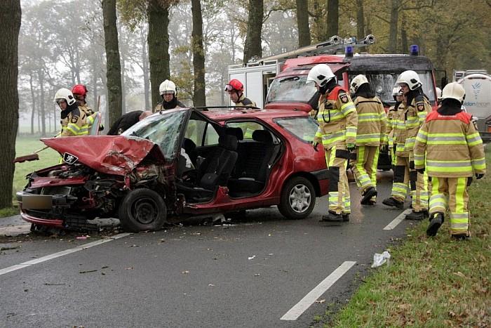 Auto tegen boom na mislukte inhaalmanoeuvre in Dalfsen - Foto: Vechtdal Centraal