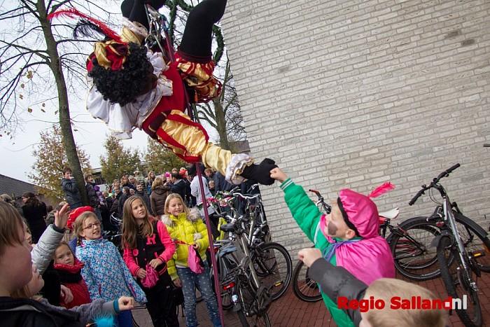 Abseilende pieten bij Sinterklaasintocht in Heino - Foto: Pim Haarsma