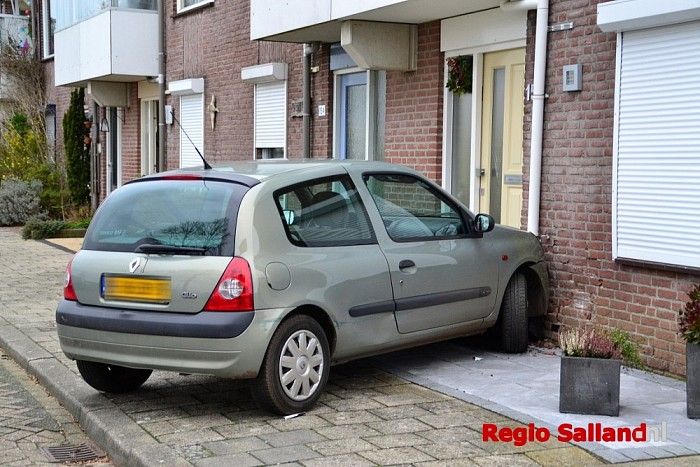 Auto botst tegen huis aan de IJsselkade in Deventer - Foto: Jasper Hutten