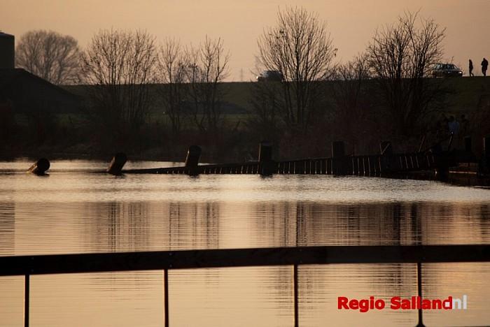 Personen te water na omgeslagen brug bij Den Nul - Foto: Robin Duteweerd