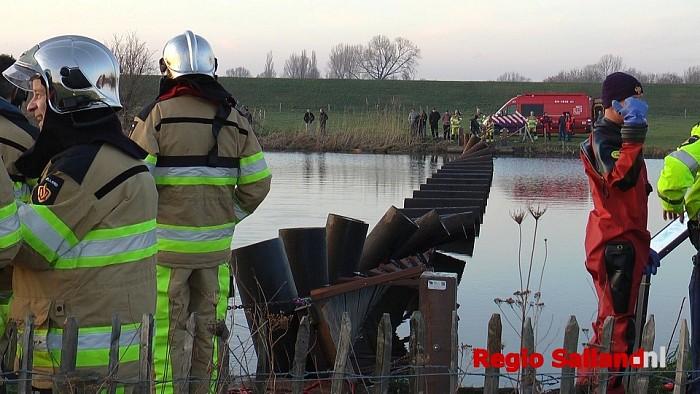 Personen te water na omgeslagen brug bij Den Nul - Foto: Jasper Hutten