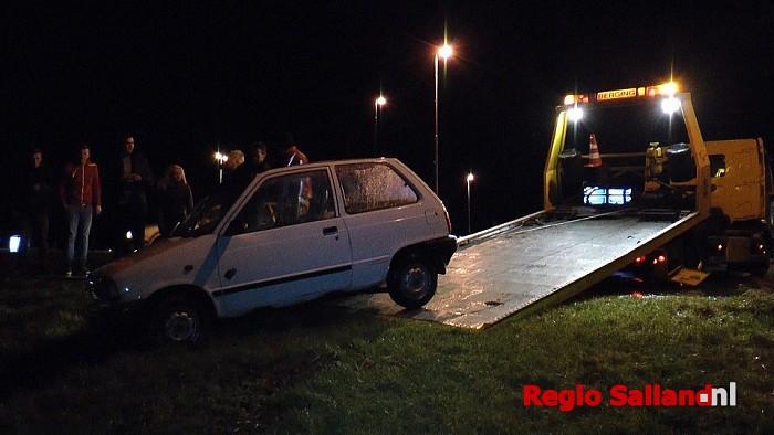 Auto in sloot na hevige regenbuien in Wesepe - Foto: Jasper Hutten