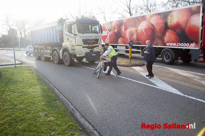 Vrouw gewond na aanrijding met vrachtwagen in Raalte - Foto: Pim Haarsma
