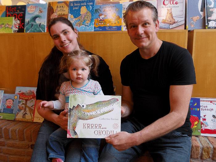 Djill Nijland en Luna Boerman  winnen prentenboek ´Krrr…okodil'. - Foto: PR