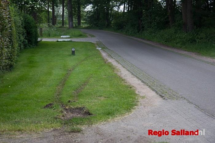 Automobilist belandt in sloot bij Broekland - Foto: Pim Haarsma
