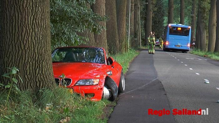 Sportwagen schampt lijnbus en botst bijna tegen boom - Foto: Jasper Hutten