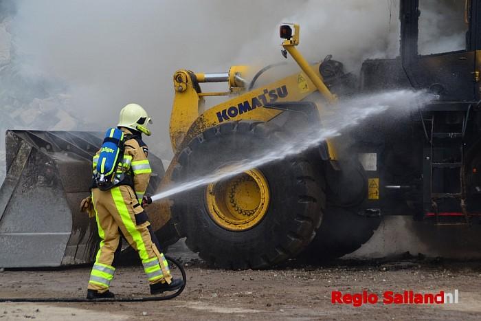 Shovel brand geheel uit in buitengebied van Raalte - Foto: Jasper Hutten