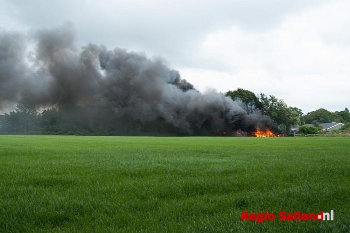 Schuur verwoest door brand in Mariënheem - Foto: Robin Duteweerd