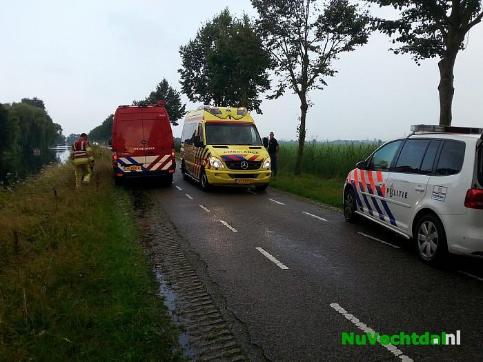 Man met scootmobiel te water in Zwolle - Foto: Niels Jansen
