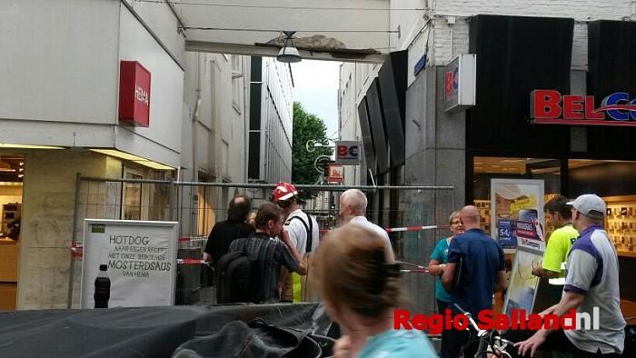 Straat in Zwolle afgezet na schade aan steunconstructie - Foto: Jasper Hutten