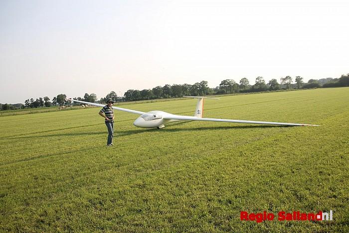 Zweefvlieger maakt noodlanding in weiland - Foto: Lesley Hegeman