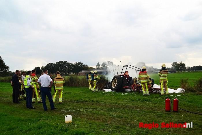 Trekker brandt uit in weiland langs de N35 bij Marienheem - Foto: Jasper Hutten