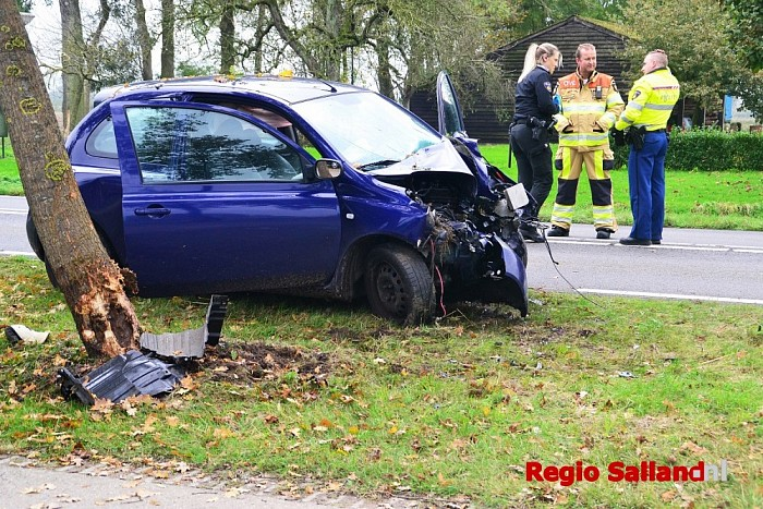 Auto botst tegen boom op de Rijkstraatweg bij Wijhe - Foto: Jasper Hutten