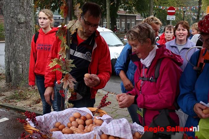 Derde dag van de Wandelvierdaagse kleurrijk van start - Foto: Nick Jonkman