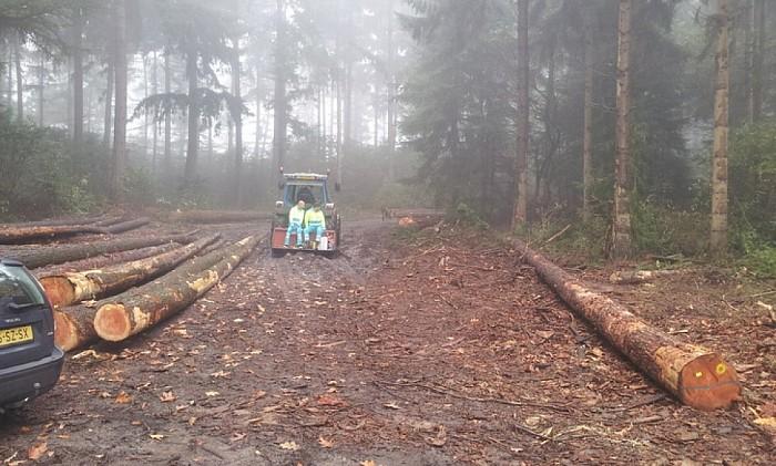Gewonde mountainbiker per tractor naar ambulance - Foto: Salland Centraal