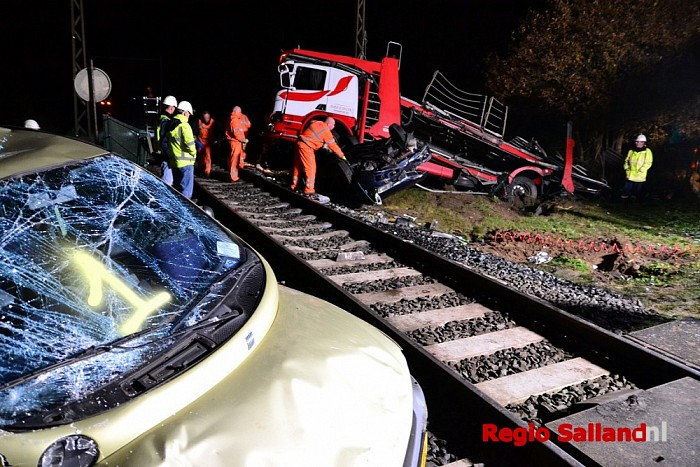 Bergingswerkzaamheden na aanrijding tussen vrachtwagen en trein in Diepenveen - Foto: Jasper Hutten