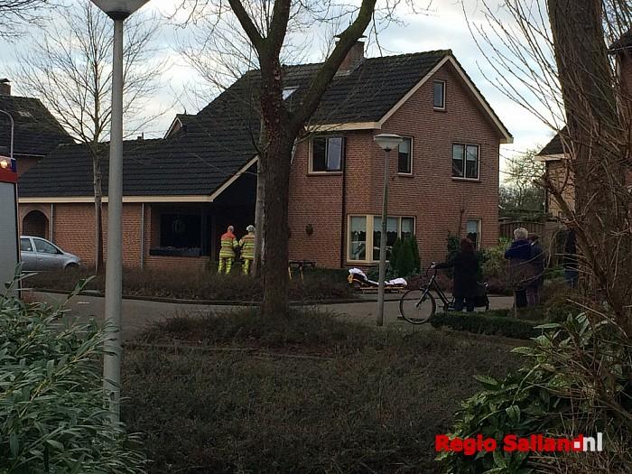 Slachtoffer met hoogwerker uit huis in Raalte - Foto: Nick Jonkman