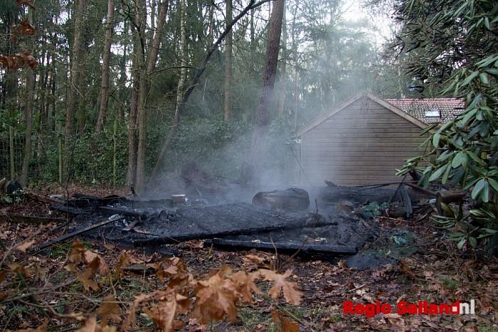 Schuurtje naast woning uitgebrand in Holten - Foto: Pim Haarsma