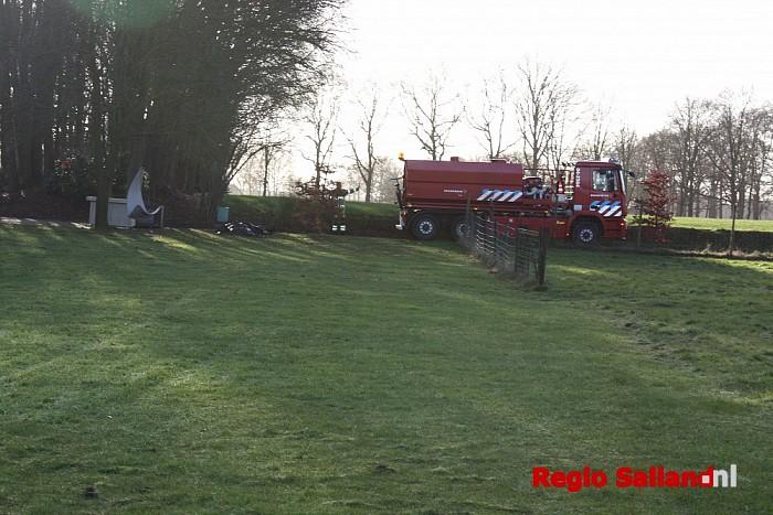 Brandweer blust brand in schuur in Heeten - Foto: Nick Jonkman