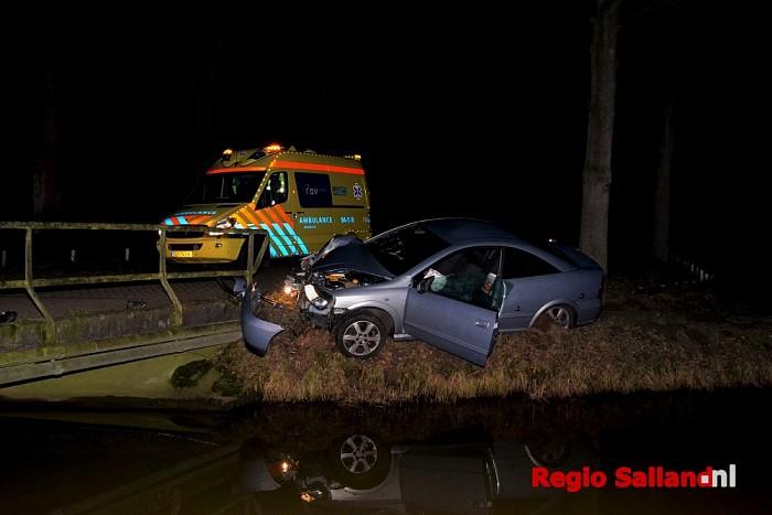 Bestuurder botst tegen brugleuning in Wijhe - Foto: Jasper Hutten