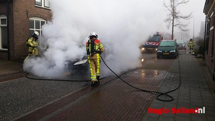 Auto brandt uit aan de Enkweg in Wijhe