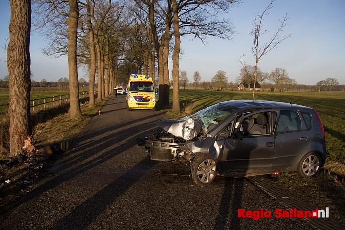 Lichtgewond na auto tegen boom in Heino - Foto: Pim Haarsma