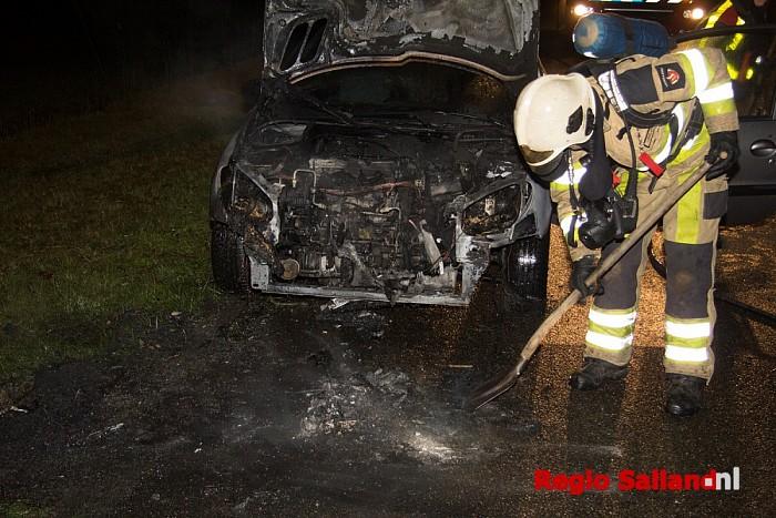 Auto uitgebrand aan Weerdhuisweg in Lemelerveld - Foto: Pim Haarsma