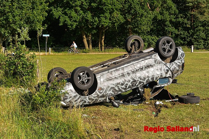 Auto op de kop in weiland langs de Woolsdijk in Wesepe - Foto: Jasper Hutten