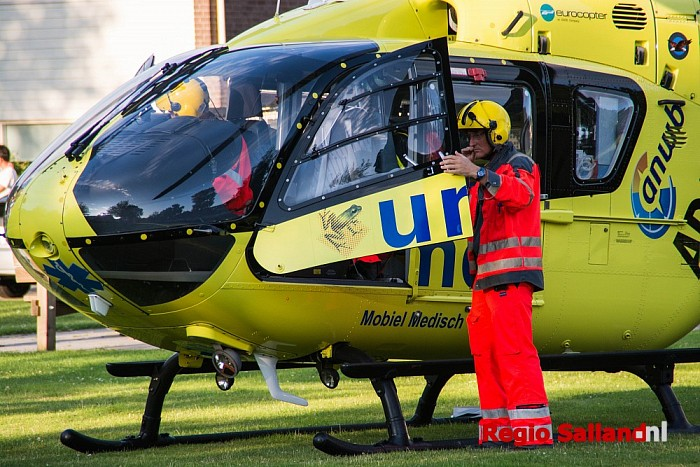 Traumaheli landt in woonwijk in Raalte - Foto: Jasper Hutten