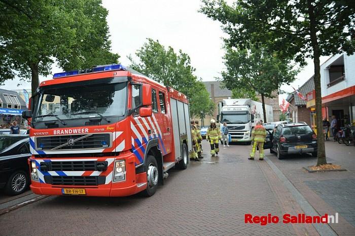 Auto verliest benzine in het centrum van Heino - Foto: Jasper Hutten